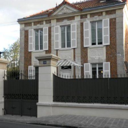 maison de maître avec grille et volets bois